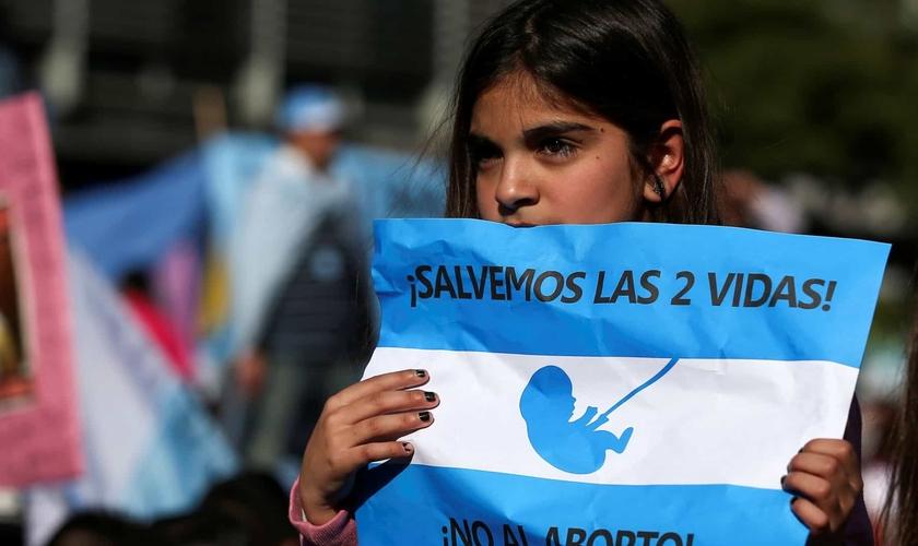 Manifestação contra a legalização do aborto em Buenos Aires.  (Foto: Reprodução / Reuters)