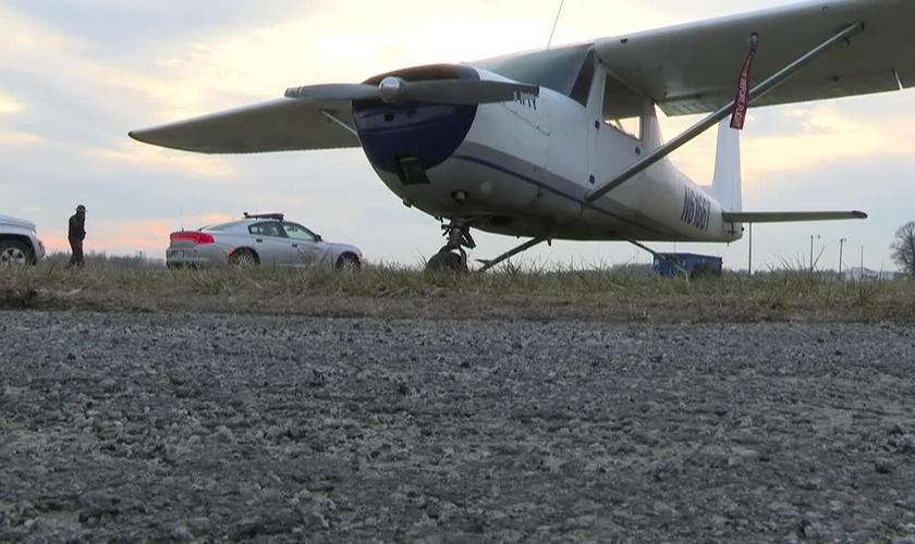 Avião fez pouso de emergência em rodovia nos EUA. (Foto: WTVG)