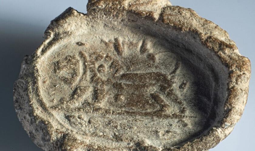 Selagem de argila de 2.700 anos de um selo do rei israelita Jeroboão II no século 8 aC. (Foto: Dani Machlis / Universidade Ben-Gurion)