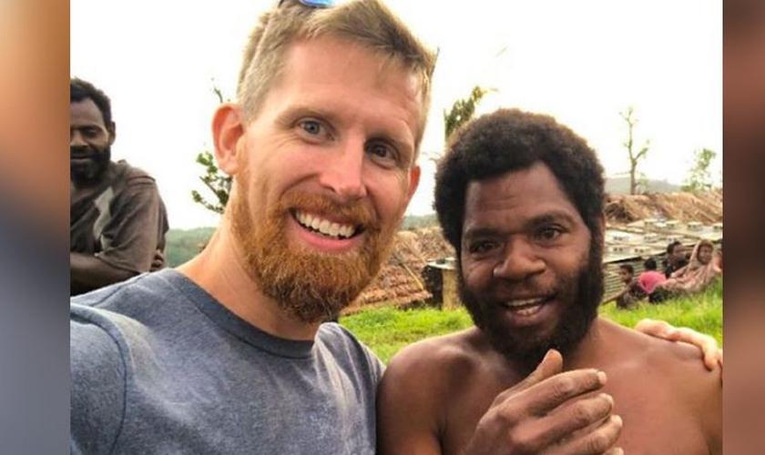 Sam Paris, missionário AGWM em Vanuatu com o chefe da tribo local, que foi curado após oração. (Foto: Reprodução / AG News)