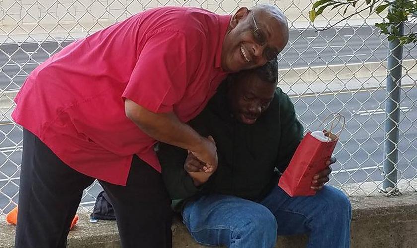Anthony Delgado abraça um morador de rua nos EUA. (Foto: I Care Atlanta)
