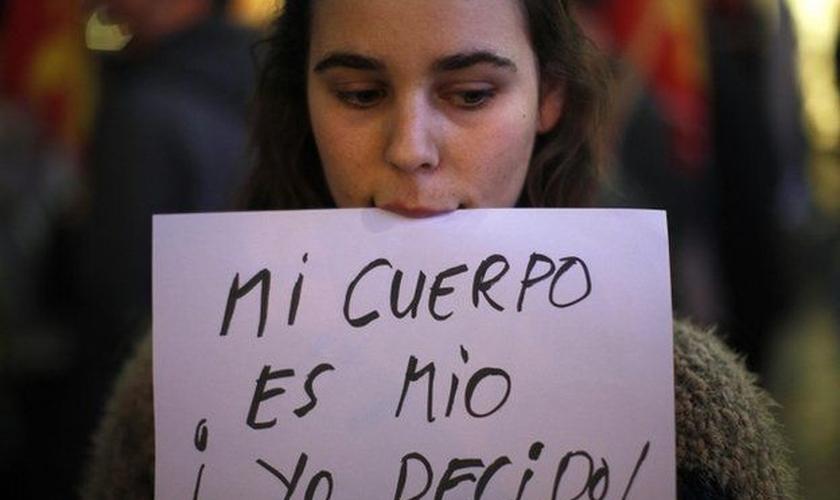 """Em um recente protesto pró-escolha em Málaga, essa mulher segurava uma placa que dizia """"Meu corpo é meu. Eu decido!"""" (Foto: reprodução / Reuters)"""