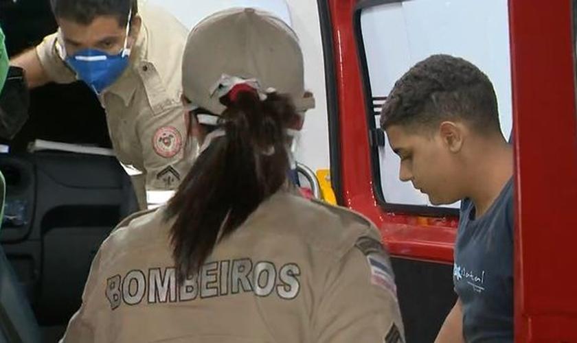 O jovem Douglas Iúna conseguiu se salvar após boiar e nadar por mais de duas horas no mar da Barra do Jucu, em Vila Velha. (Foto: Reprodução / TV Gazeta).