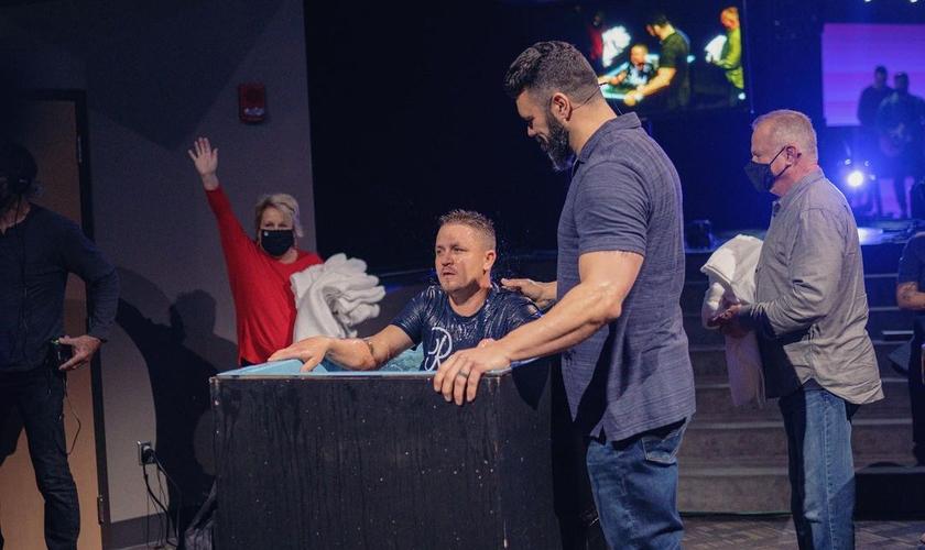 Andrei Iacob foi batizado na Igreja Batista Long Hollow poucos dias após ter esposa e filho assassinados. (Foto: Robby Gallaty/Instagram)