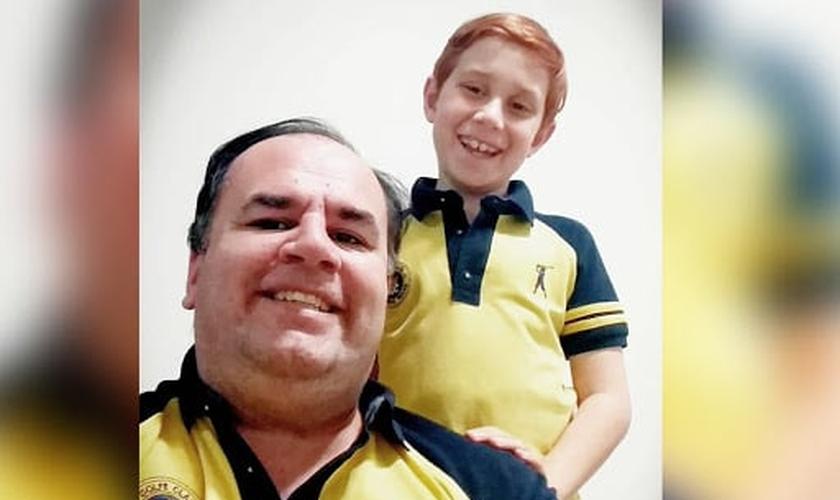 """Rodrigo Segantini (esquerda), com seu filho Arthur estão frequentemente nas redes sociais, pelo perfil """"Tudo Pelo Meu Filho"""". (Foto: Acolhe com Amor)"""