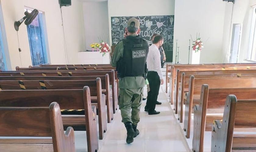 Polícia investiga interior do templo de uma igreja Adventista, no Piauí, após o local ter sido invadido por bandidos e ter seu sistema de som roubado. (Foto: Jornal da Parnaíba)
