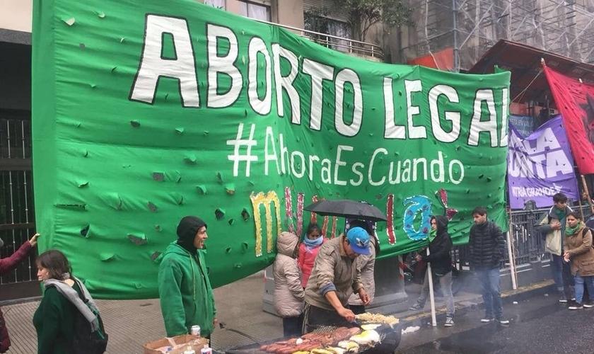 Militantes expõem faixa em manifestação a favor da legalização do aborto na Argentina, que aprovou recentemente o procedimento até o terceiro mês de gestação. (Foto: Janaina Figueiredo)