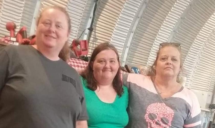 Amanda Stocks (ao centro) com sua irmã Ginny (à esquerda) e sua prima Barbara (à direita). (Foto: Facebook/Amanda Stocks)