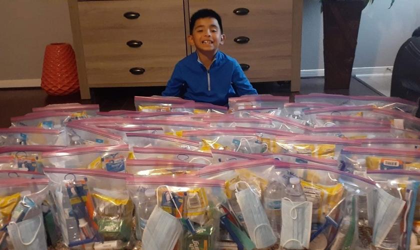 Dylan Virtudazo entregou 50 sacolas cheias de lanches e produtos de higiene para moradores de rua no Texas. (Foto: Nancy Virtudazo)