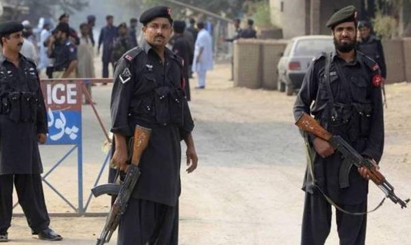 A polícia paquistanesa deteve Raja Warris para evitar que o rapaz sofresse atos de violência da multidão de extremistas islâmicos enfurecidos. (Foto: Reuters)