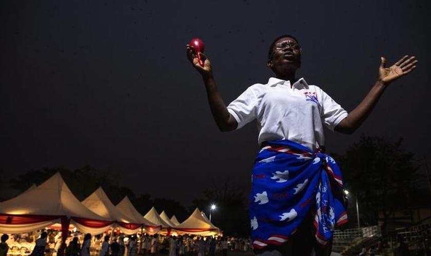 Imagem ilustrativa de uma mulher orando em Kumasi, Gana, em 6 de janeiro de 2017. (Foto: Reuters/Francis Kokoroko)