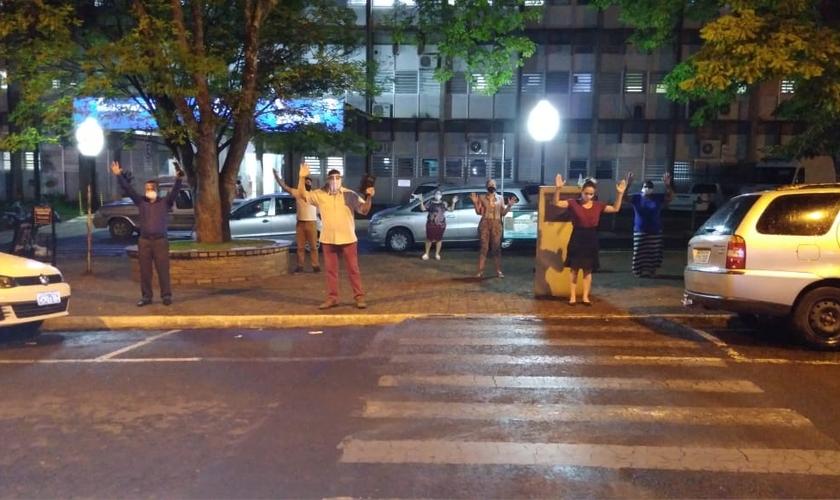Cristãos se reúnem em frente a hospital para orar por doentes. (Foto: Reprodução / Arquivo pessoal)