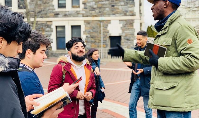 Chike Uzuegbunam compartilha o Evangelho na Universidade. (Foto: Reprodução / Atlanta News Now)