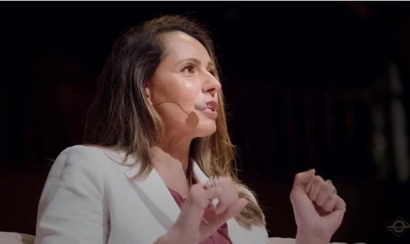 Ana Paula Henkel compartilhou seu relato sobre o momento em que desistiu de abortar seu filho, cerca de 20 anos atrás. (Imagem: YouTube / Brasil Paralelo / Reprodução)
