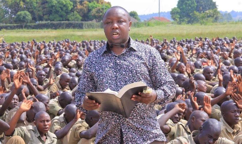 O pastor Samuel Kasigwa compartilha o Evangelho na véspera de Ano Novo com milhares de recrutas da Polícia em treinamento em Kabalye. (Foto: Reprodução / UGCN)