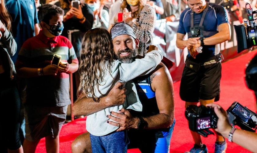 Jay Hewitt abraça sua filha, Hero, após 13 horas e 40 minutos de prova. (Foto: Jay Hewitt)
