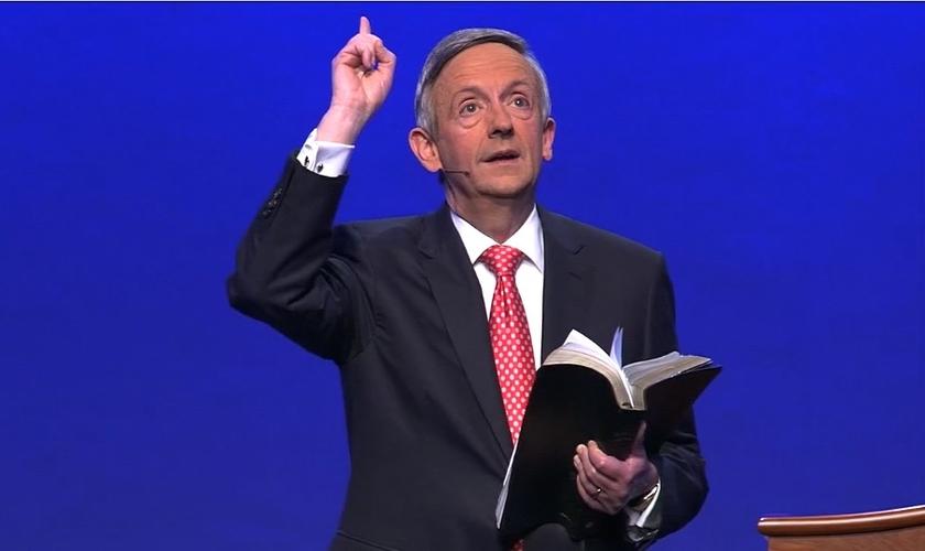 Pastor Robert Jeffress lidera a Primeira Igreja Batista de Dallas, no Texas / EUA. (Imagem: Vimeo / Reprodução)