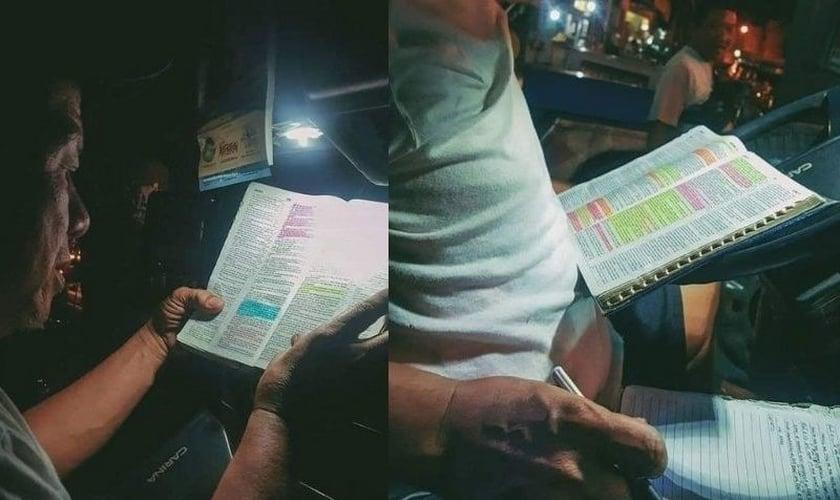 Motorista estuda a Bíblia enquanto aguarda passageiros, nas Filipinas. (Foto: Reprodução / GOD TV)