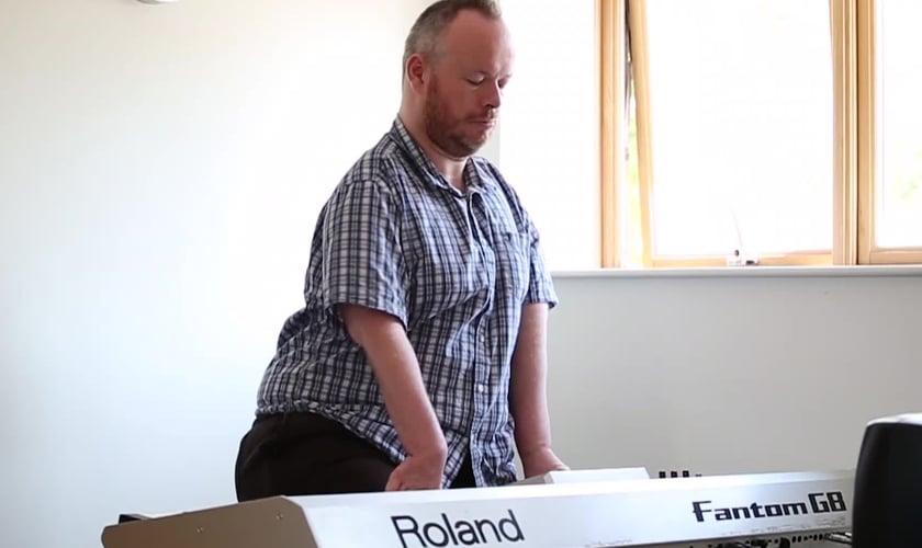 Bart Gee, que nasceu com uma deficiência chamada artrogripose, toca piano. (Foto: Reprodução / Yahoo)