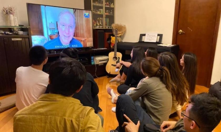 Grupo de jovens assiste a pregação online em Hong Kong. (Imagem: Pulse)