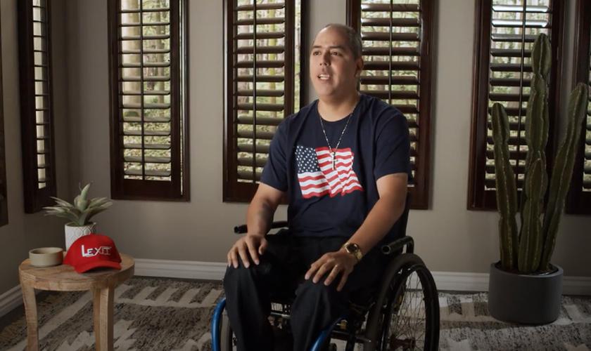 Jesse Holguin ficou paraplégico em um tiroteio. (Foto: Reprodução / PragerU).
