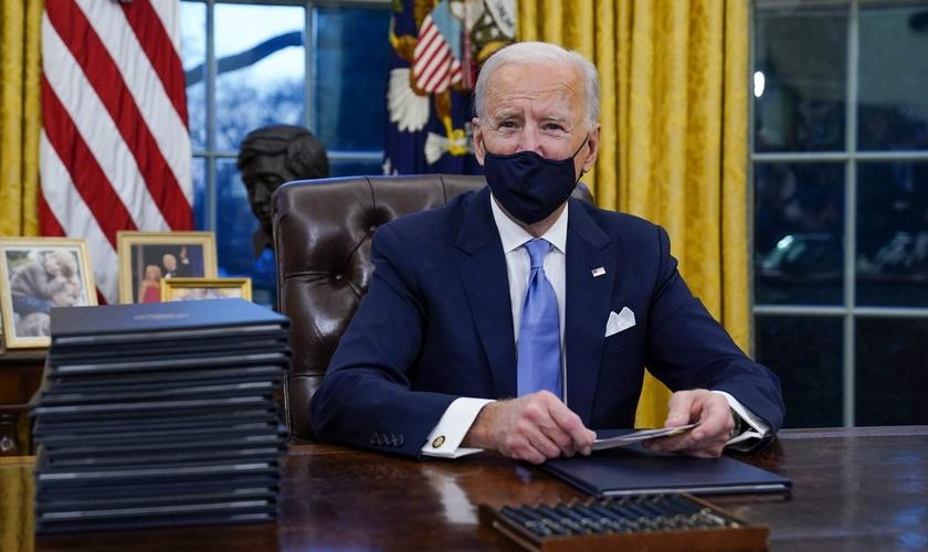 O presidente Joe Biden no Salão Oval após sua posse na quarta-feira (20). (Foto: Evan Vucci/AP/Shutterstock