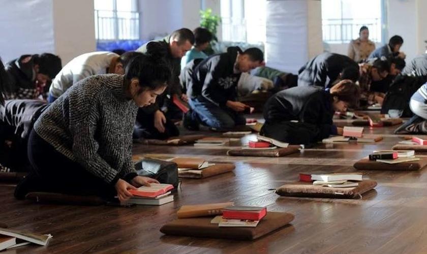 Membros da Igreja Early Rain Covenant em oração. (Foto: Reprodução / Facebook)