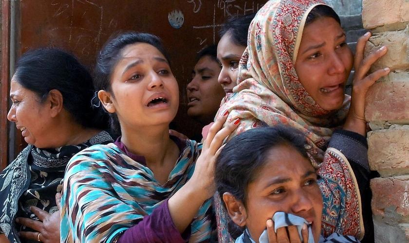 Mulheres cristãs lamentam a morte de um parente após os atentados a bomba em uma igreja em Lahore. (Foto: Reprodução / M. Ali / Morning Star News)