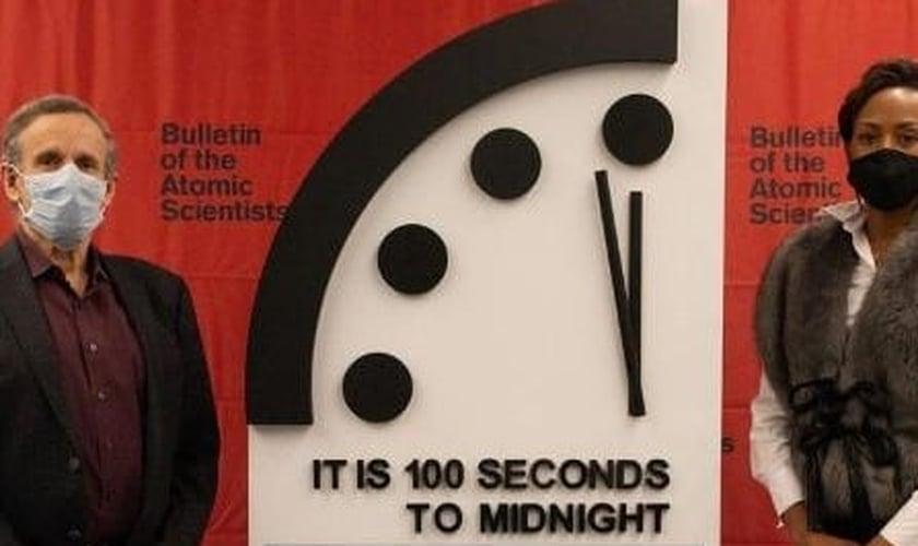 O 'Relógio do Apocalipse' durante cerimônia de revelação: 'Ainda faltam 100 segundos para a meia-noite', diz o letreiro na imagem. (Foto: Divulgação/Bulletin of the Atomic Scientists)