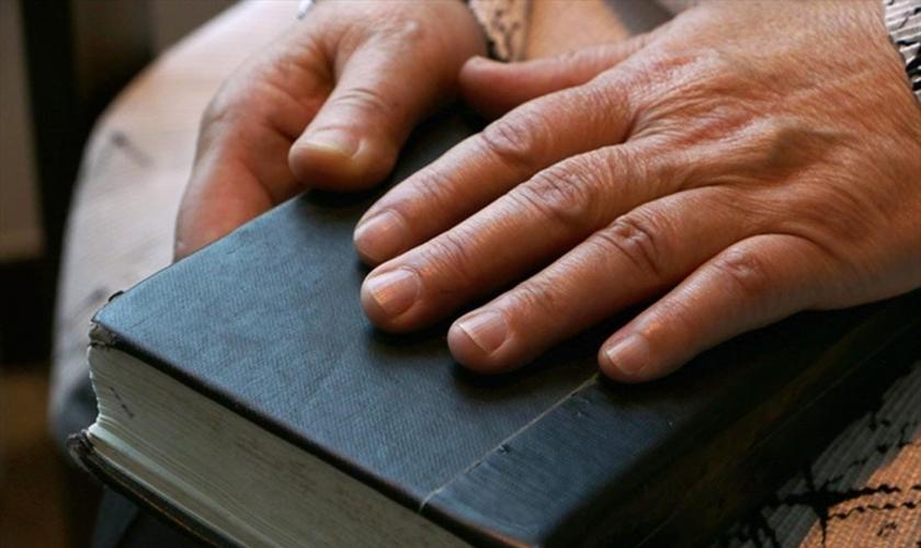 As mãos e a Bíblia do cristão norte-coreano e sobrevivente do campo de prisioneiros Hea Woo. (Foto: Reprodução / Portas Abertas)