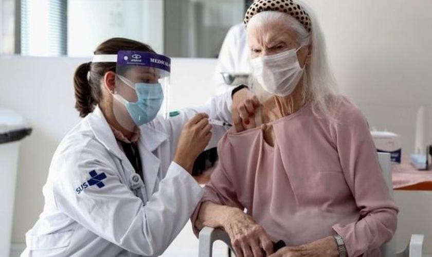 Prioridade de vacinação no momento é para profissionais de saúde na linha de frente contra a pandemia e idosos institucionalizados. (Foto: Reprodução / BBC)