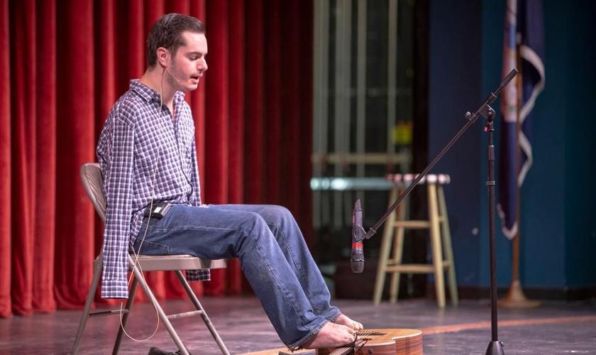 Nascido na Romênia sem os braços, George se tornou um exemplo de superação. (Foto: George Dennehy)