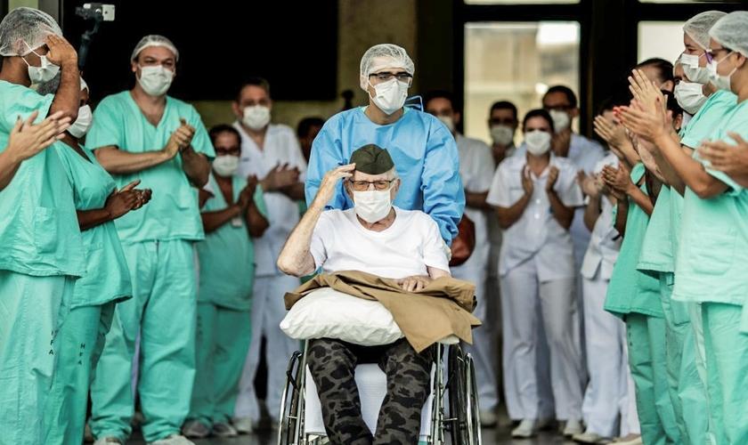 Recuperado, ex-combatente da Segunda Guerra Mundial Ermando Armelino Piveta, de 99 anos, recebe alta do Hospital das Forças Armadas, em Brasília. (Foto: Ueslei Marcelino / Reuters)