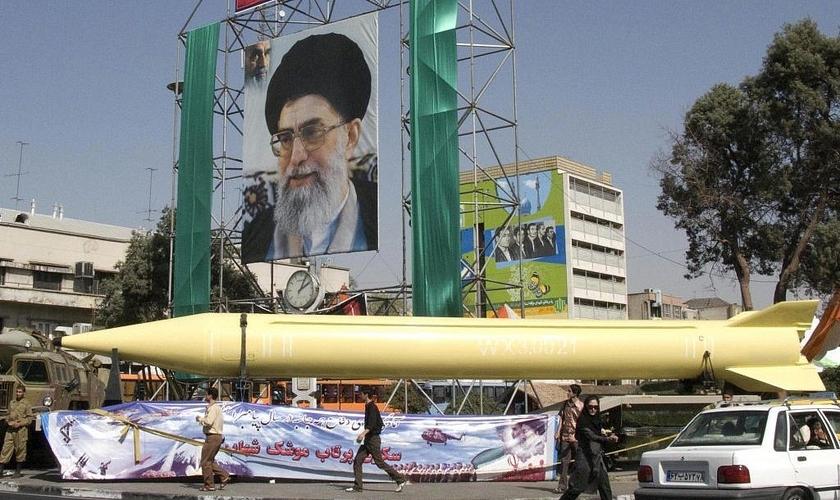 Exposição militar exibe o míssil Shahab-3. Foto do líder supremo iraniano Aiatolá Ali Khamenei, em Teerã, 2008. (Foto: AP / Hasan Sarbakhshian)