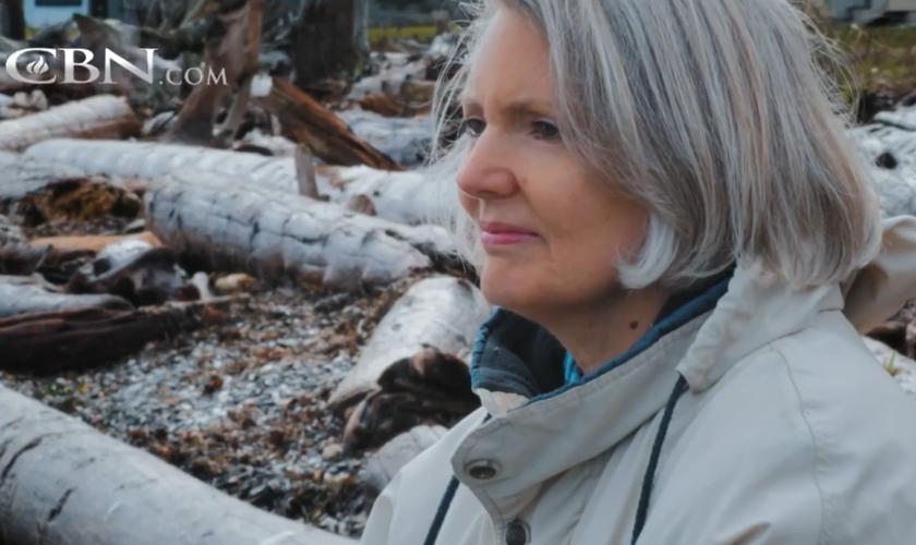 Nancy Johnson testemunha sobre sua cura por Jesus. (Foto: Reprodução / CBN News)