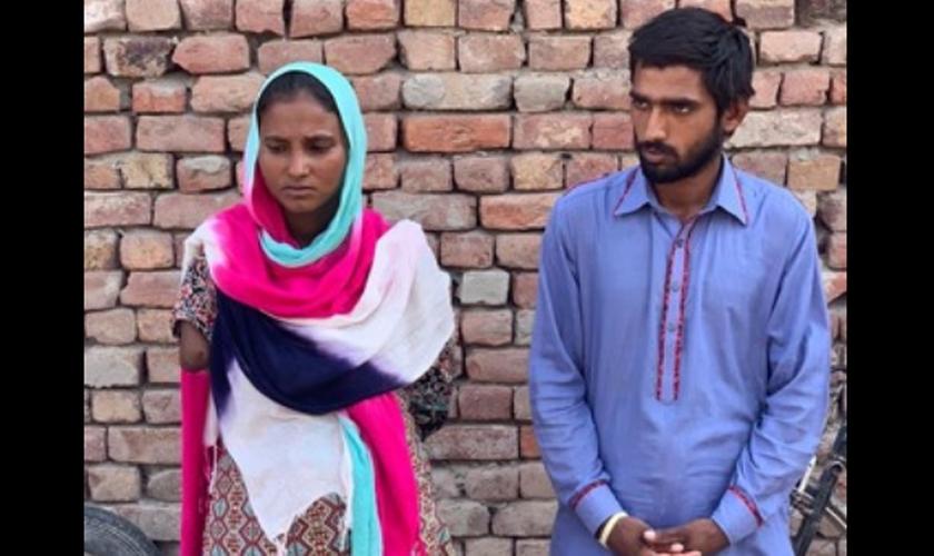 Casal paquistanês mantido como escravo em fábrica de tijolos. (Foto: Reprodução / Facebook)