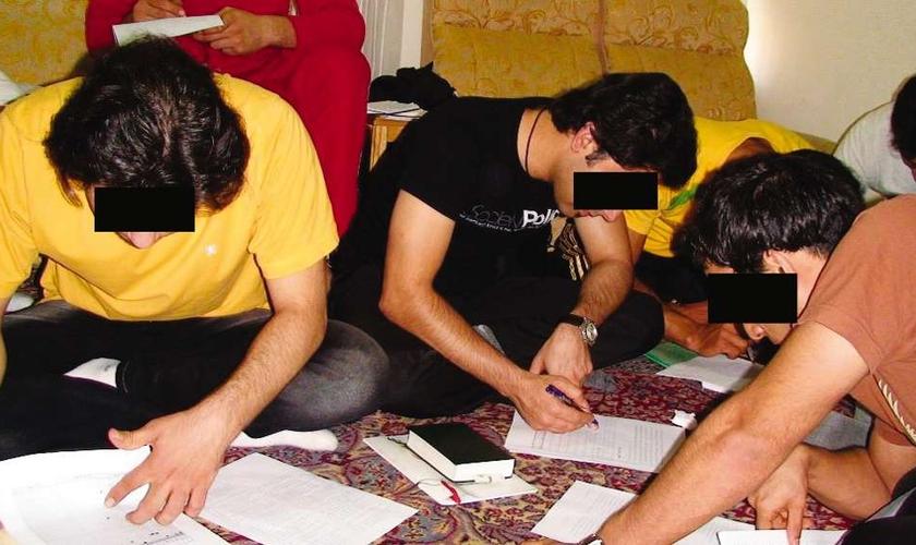 Estudo bíblico em igreja doméstica no Irã. (Foto: Reprodução / VOM)