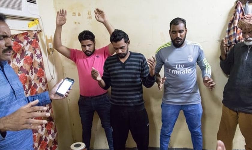 Momento de oração na reunião em um dos quartos dos trabalhadores no Kuwait (Foto: Portas Abertas)