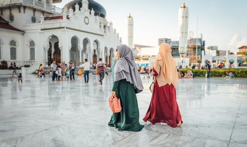 Em Aceh, por causa da lei sharia, as cristãs são pressionadas a usar hijabs (véu islâmico) em alguns lugares. (Foto: Portas Abertas)