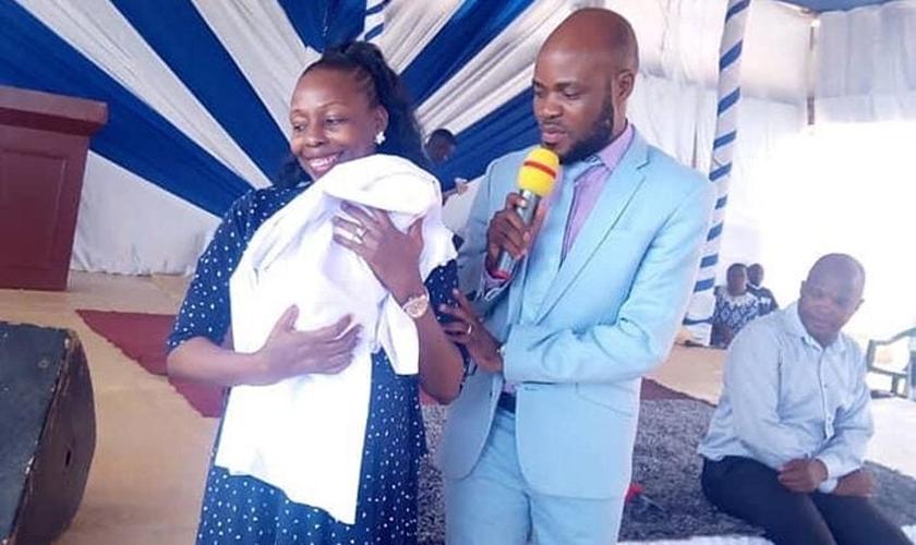 O casal e seu filho Elioenai na igreja. (Foto: Reprodução / UGCN)