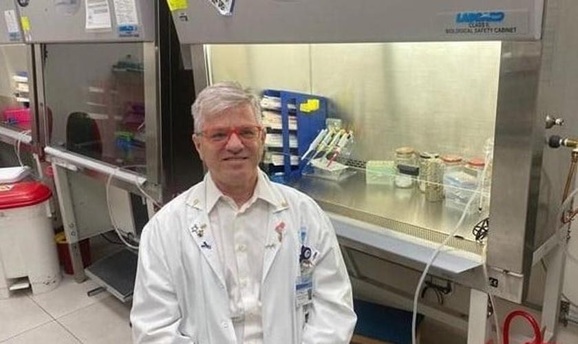 O professor Nadir Arber, do Centro Integrado de Prevenção ao Câncer do hospital, testou um medicamento que ele tem desenvolvido em pacientes com condições moderadas ou graves do vírus. (Foto: Divulgação / Hospital Ichilov)