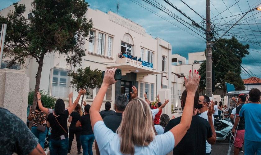 Em outras oportunidades, igrejas evangélicas também promoveram correntes de oração na Santa Casa de Itu. (Foto: Divulgação / Periscópio)