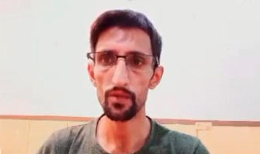 A intimação veio após Firouzi divulgar vídeos em que protesta contra as violações de direitos que enfrenta no Irã (Foto: Article18)