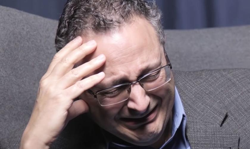 Judeu chora enquanto conta seu testemunho sobre Jesus. (Foto: Reprodução / One For Israel Ministry)