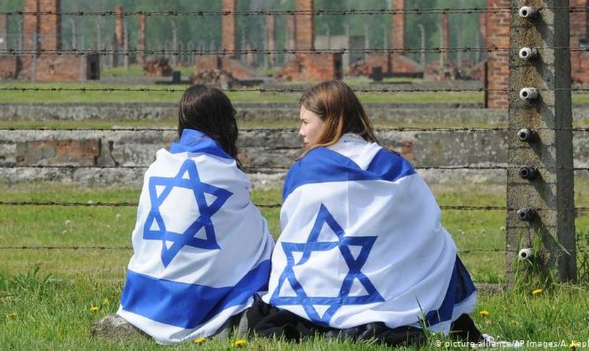 Mais de 80% dos judeus europeus com idades entre 16 e 34 anos acreditam que o antissemitismo é um problema crescente em seus países. (Foto: Reprodução / DW / AP)