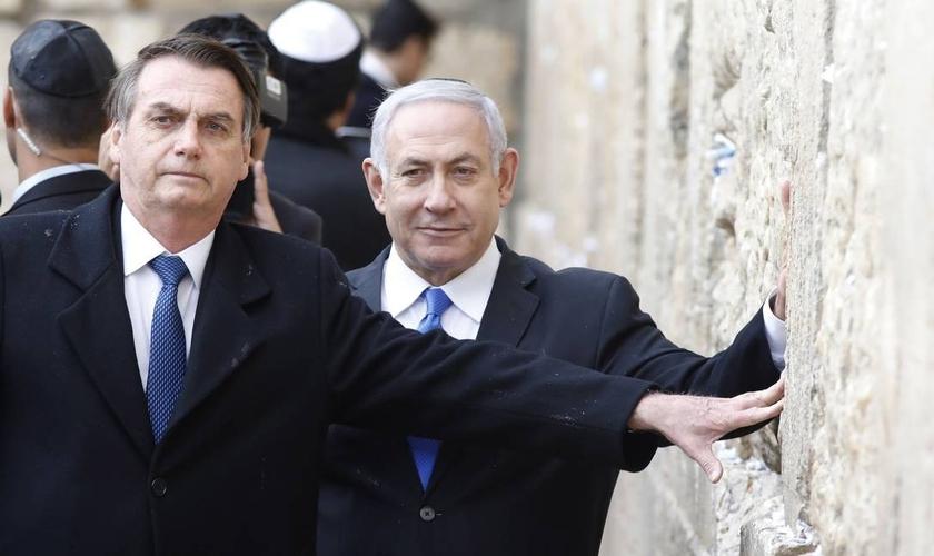 O presidente Jair Bolsonaro, ao lado do primeiro-ministro israelense Benjamin Netanyahu, em visita ao Muro das Lamentações, na Cidade Velha de Jerusalém, em abril de 2019. (Foto: Menahem Kahana / AF)