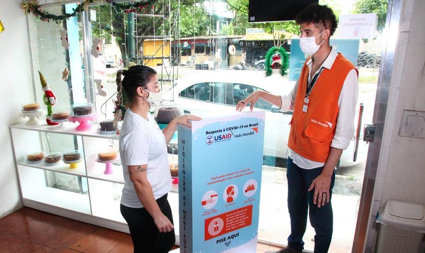 Com a doação do totem de álcool em gel, Lucélia conseguiu reduzir o custo para manter a confeitaria aberta. (Foto: Helton Belo/Visão Mundial Brasil)