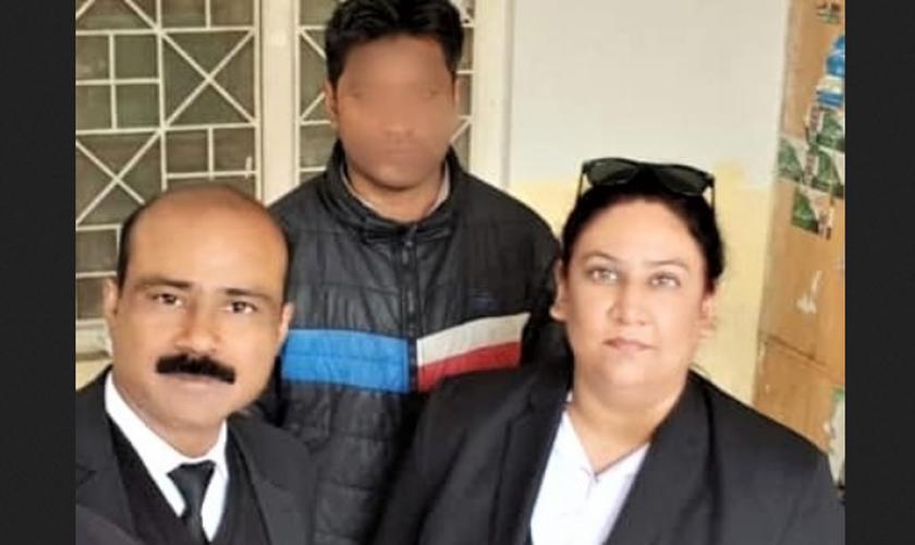 A advogada Aneeqa Maria [à direita] e um dos acusados, Haroon Ayub Masih, com o rosto desfocado por razões de segurança. (Foto: Morning Star News / The Voice Society)