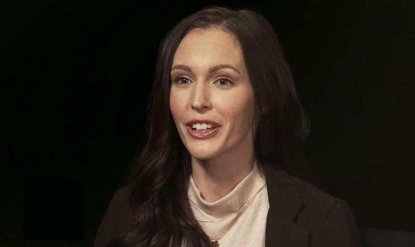 Ex-atriz pornô Brittni De La Mora durante entrevista. (Foto: CBN News/YouTube)