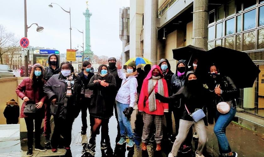 Estudantes universitários reunidos para um passeio ao ar livre em Paris. (Foto: M. Poujol / GBU França)